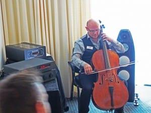 """Jag spelade ett par fraser för att ge besökarna en uppfattning om hur rummet lät """"in natura"""" för att därefter få lyssna till systemets kapacitet att spela upp inspelningens rumsakustik (en drömakustik för en musiker till skillnad från hotellrummets vidriga torrhet)"""